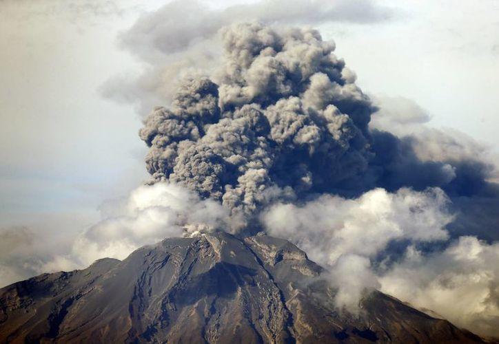 Vista desde la localidad de Puerto Varas de cenizas del volcán Calbuco el 30 de abril de 2015, durante un pulso eruptivo, en la región de Los Lagos, en el sur de Chile. (EFE)