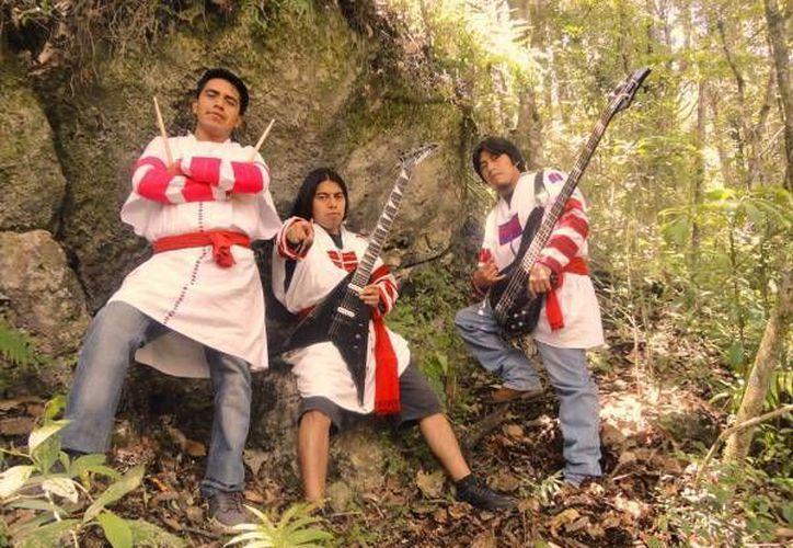 La banda de Heavy Metal 'Ik'al Ajaw' realiza música en Tzeltal, lengua materna de la población de Oxchuc, Chiapas.(Notimex)
