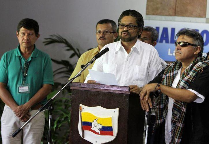 El jefe del equipo negociador de las FARC en los diálogos de paz con el Gobierno colombiano, Luciano Marín Arango, alias Iván Márquez (2-d), acompañado de miembros de su equipo. (Archivo/EFE)