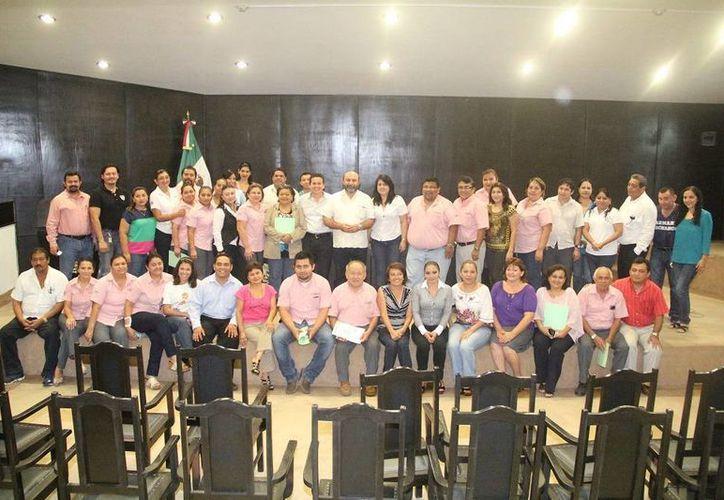 Trabajadores del Congreso con los diplomas que recibieron por capacitarse. (SIPSE)