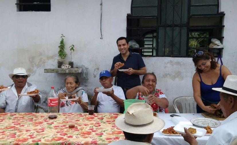 El pasado fin de semana el diputado Mauricio Vila convivió con vecinos de Caucel, y participó en la elaboración del tradicional pib. (SIPSE)