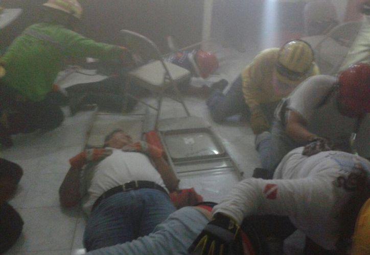 Trabajadores de comercios y funcionarios de Playa del Carmen realizaron simulacros durante los talleres de la Escuela Nacional de Protección Civil. (Daniel Pacheco/SIPSE)