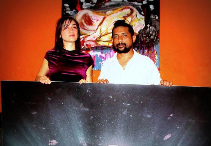 En la foto, la artista chilena Javiera Venegas y el yucateco Francisco Martín en la presentación de 'Bidimensional Retrospectiva'.(Milenio Novedades)