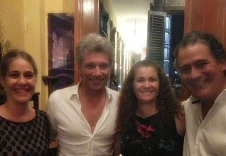 El famoso rockero estadunidense Bon Jovi (c) ya degustó la comida cubana, en el restaurante privado La Guarida, uno de los más frecuentados por las celebridades. (Tomada de cubanet.org)