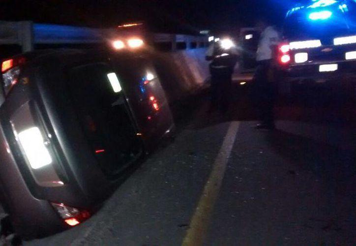 Una familia de españoles volcó luego de que el conductor intentó esquivar una silla mecedora. (Redacción/SIPSE)