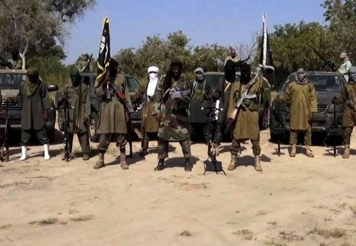 Extremistas de Boko Haram quemaron aldeas y mataron a personas en Nigeria. Imagen del líder de Boko Haram, Abubakar Shekau, en un video difundido por el grupo extremista islámico en octubre del año pasado. (Archivo/AP)