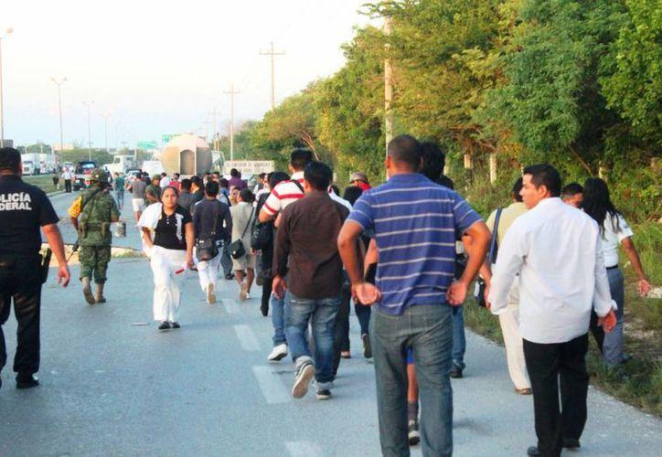 Los trabajadores de hoteles en la Riviera Maya que viven en Cancún fueron los más afectados por el hundimiento de la carretera.  (Daniel Pacheco/SIPSE)
