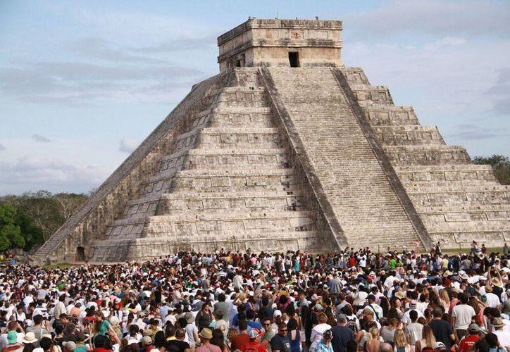 El clima nublado afectó tanto en el descenso de Kukulcán en Chichén Itzá como en el fenómeno de luz y sombra en Dzibilchaltún. (Jorge Acosta/Milenio Novedades)