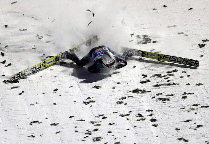 Pese al accidente del esquiador Simon Ammann, la buena noticia es que no sufrió ninguna fractura. (Milenio)