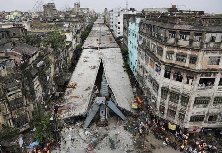 Una vista general aérea muestra un paso elevado que se derrumbó parcialmene en la ciudad de Calcuta, en India. (Agencias)