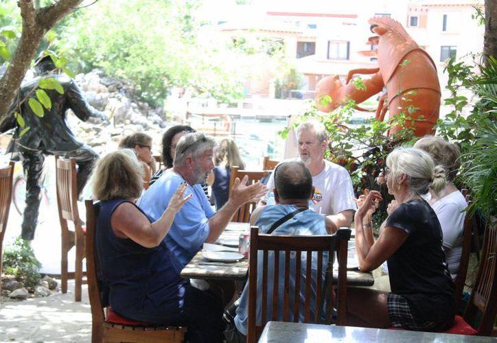 La zona turística de Puerto Aventuras ofrece restaurantes especializados en comida mexicana, del tipo americano, mediterráneo, barras de botanas y bares. (Octavio Martínez/SIPSE)