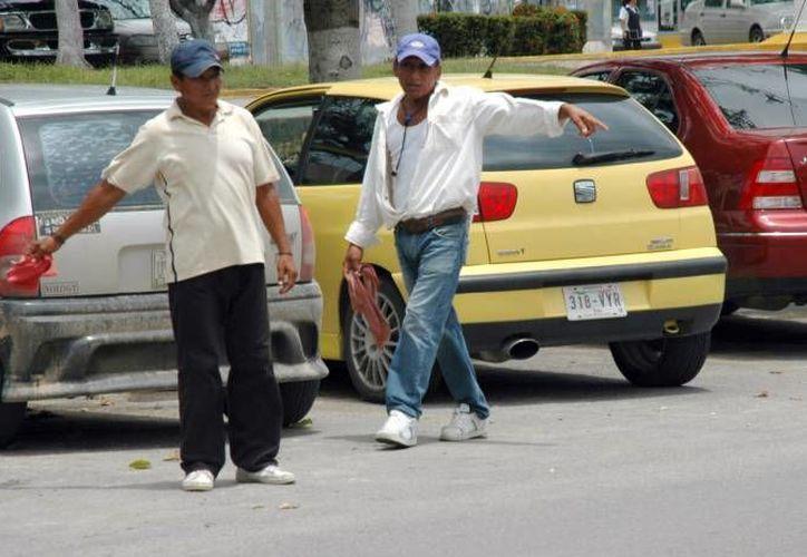 Los franeleros suelen insultar a los automovilistas que no les dan propina. (SIPSE/Archivo)