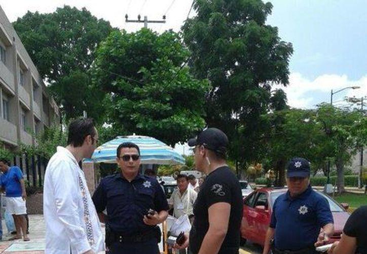 Los acompañantes de 'Lupita' son abordados por elementos de la policía municipal. (Licety Díaz/SIPSE)