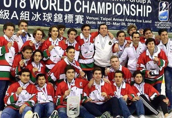 En marzo pasado, la selección mexicana de hockey sobre hielo sub 18 consiguió el subcampeonato mundial de la categoría de la mano del estratega Luis Olivares. (Facebook: FDMHH)