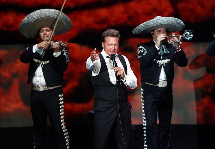 De acuerdo con el portal Infobae, fuentes allegadas al cantante Luis Miguel (centro) contaron que se someterá a tratamiento por tinitus (enfermedad también conocida como acúfenos), enfermedad que lo podría llevar a la sordera. (Agencia Reforma)