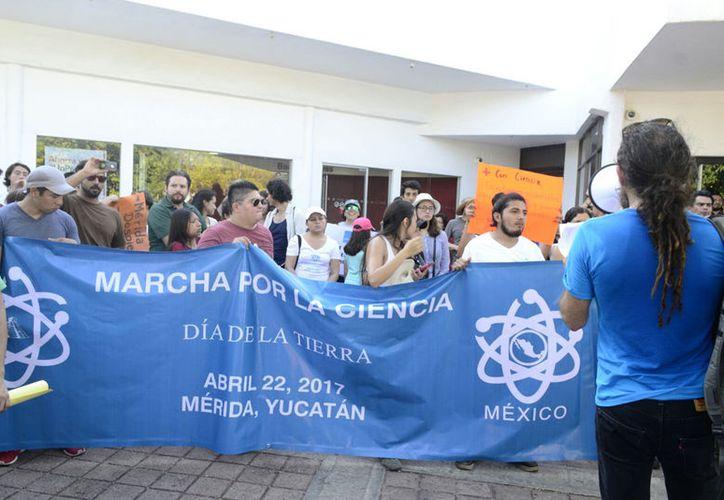 Científicos y universitarios protestan pacíficamente a favor de la ciencia.