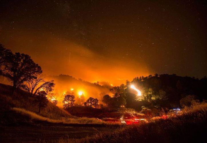 Un incendio de grandes proporciones obligó al desalojo de habitantes de dos poblaciones en España. La imagen no corresponde al fuego en España, sino a incendios que aquejaron a California, y está utilizado únicamente como contexto. (Efe/Archivo)