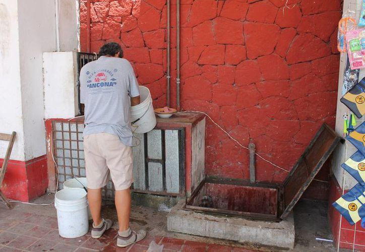 En estos momentos, los negocios de los mercados se abastecen de agua de una sola cisterna, lo cual dificulta la limpieza de locales. (Harold Alcocer/SIPSE)