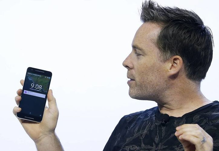 Dave Burke, vicepresidente de ingeniería en Google, habla del nuevo Google Nexus 6P durante un evento en San Francisco este martes. Google respondió al reciente lanzamiento del nuevo iPhone con dos dispositivos que funcionan con una nueva versión de su sistema operativo Android. (Foto AP/Tony Avelar)