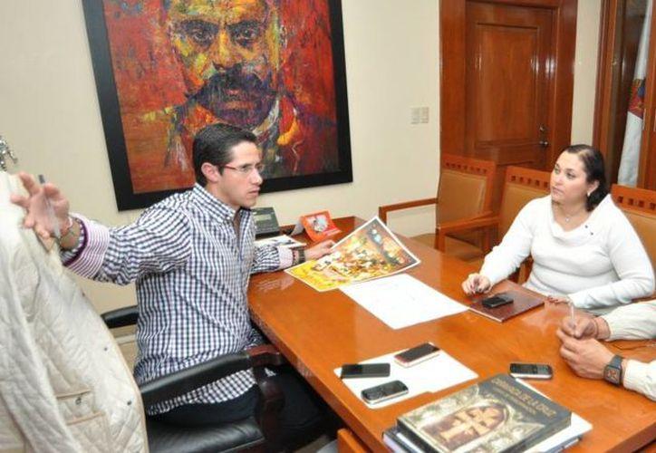 El alcalde durante una reunión con el tesorero y la oficial mayor. (Redacción/SIPSE)