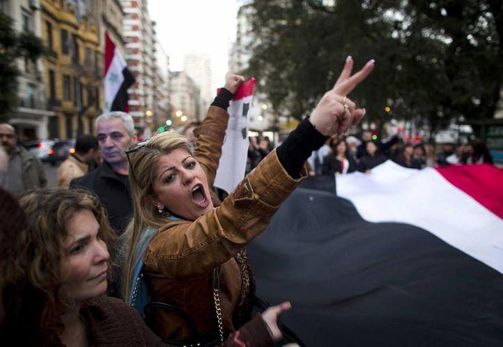 Decenas de manifestantes gritaron consignas ante la embajada de EU en Buenos Aires. (Agencias)