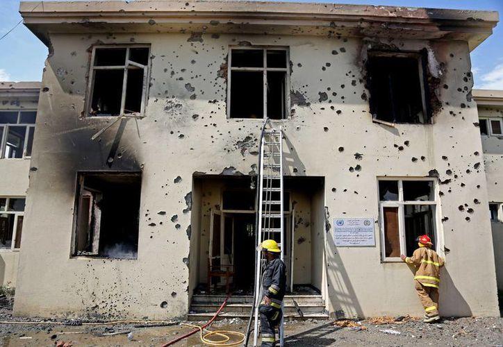 Bomberos en labores en el  edificio gubernamental que fue atacado por talibanes. (Foto: AP)