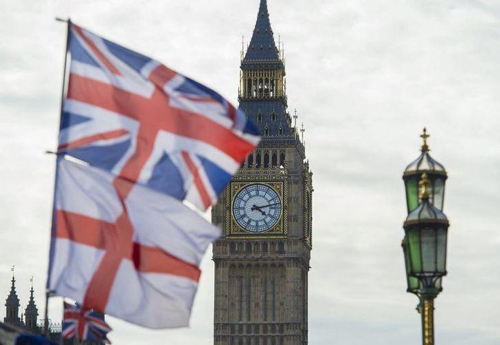 Vista de las banderas de Reino Unido e Inglaterra junto al Big Ben en el Parlamento británico en Londres. (Archivo/EFE)