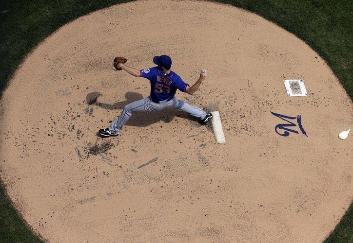 Jeremy Hefner, de los Mets de Nueva York, lanza ante los Cerveceros de Milwaukee, durante el encuentro sostenido este domingo. (Agencias)