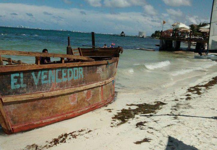 Cubanos arribaron a una playa de Puerto Juárez en una balsa de nombre 'El Vencedor'. (Redacción/SIPSE)