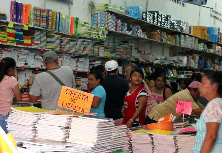 Con ofertas, las papelerías trataban de atraer a más compradores. (José Acosta/Milenio Novedades)