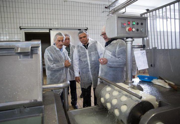 El gobernador de Yucatán firmó un convenio con la empresa Latteria del Molise, en Italia. (Fotos cortesía del Gobierno estatal)