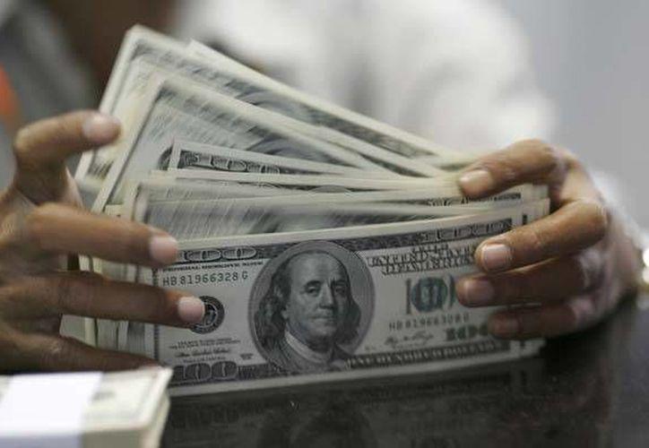 El dólar se compró en un mínimo de 14.09 pesos. (Archivo/Reuters)