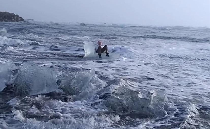 La abuelita quedó varios metros mar adentro. (@Xiushook)