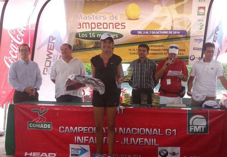 """La tenista cancunense, Mixcoatl Trabulse se coronó como la campeona """"master"""" en la categoría de 16 años. (Redacción/SIPSE)"""