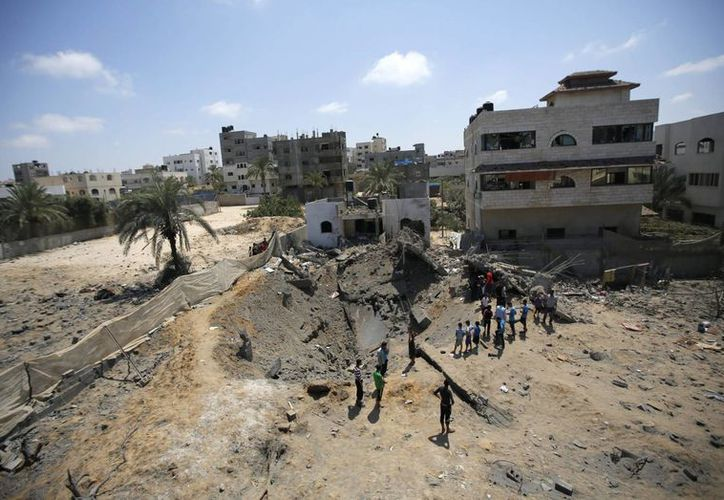 Palestinos inspeccionan los escombros de una vivienda familiar destruida por Israel al oeste de la ciudad de Gaza. (EFE/Foto de archivo)