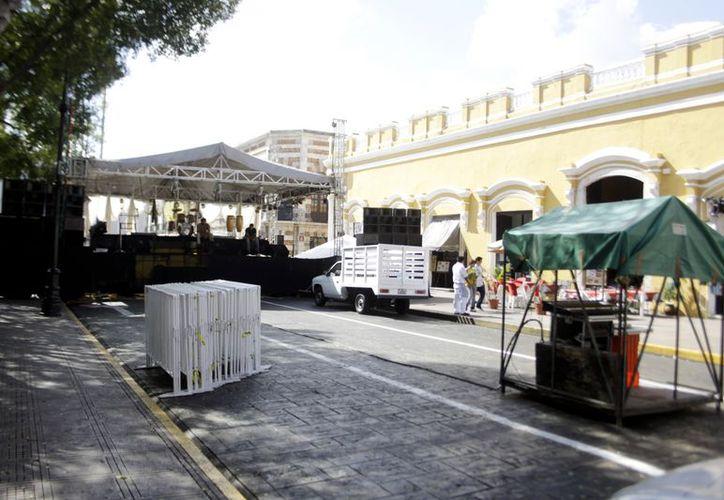 Desde temprano el acceso al corazón de Mérida fue obstaculizado con toldos y puestos para un baile. (Christian Ayala/SIPSE)
