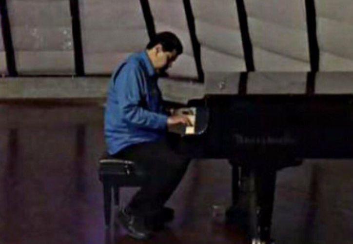 El presidente de Venezuela, Nicolás Maduro, fue severamente criticado en las redes sociales tras publicar un video en el que se le ve tocando el piano. (Twitter)