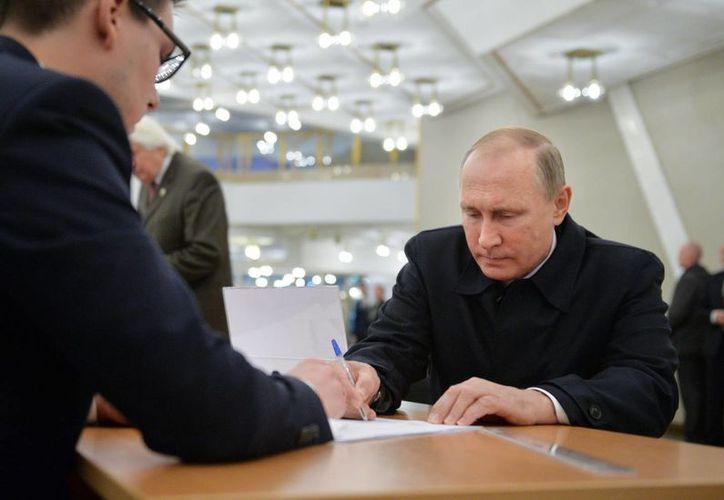 El partido del presidente Vladimir Putin habría ganado los comicios parlamentarios en Rusia que se realizaron este domingo. (AP )