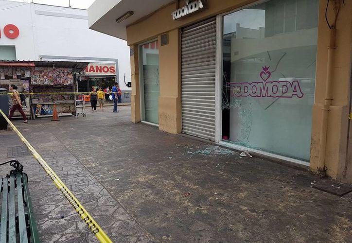 En las primeras horas de este domingo, se encontró el cristal roto de un negocio ubicado en el pasaje Emilio Seijo, en el Centro de Mérida. (Cristian Cuxim/SIPSE)