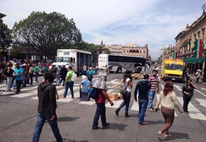 Los saqueadores distribuyeron entre la población el botín tomado de camiones en Morelia. (diarioabc.com)