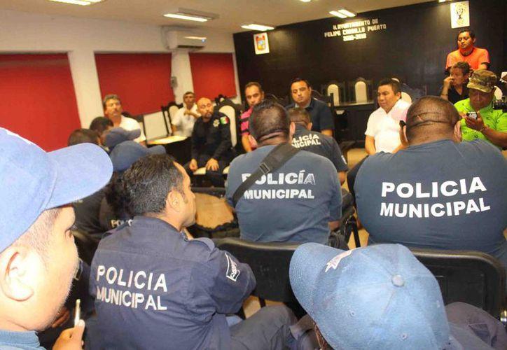 La noche del miércoles, 23 policías que reprobaron, fueron citados en el Ayuntamiento para darles a conocer su situación. (Jesús Caamal/SIPSE)