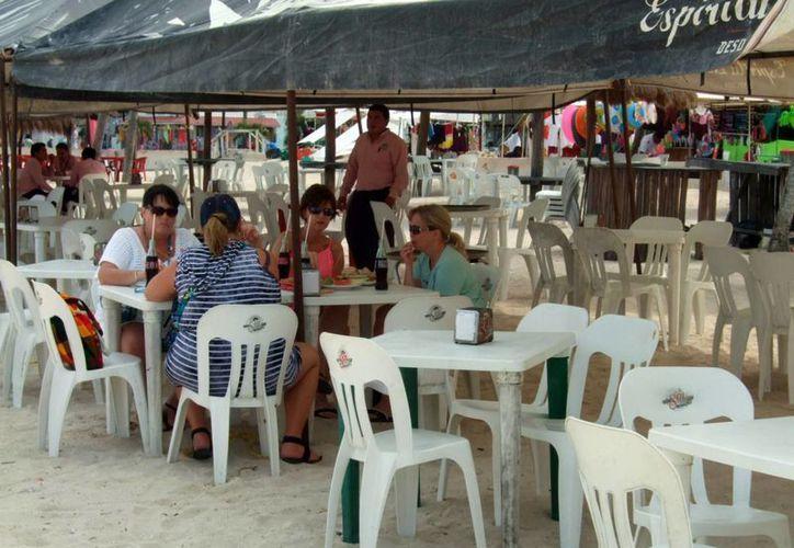 Los restaurantes de la zona del malecón de Progreso lucieron semivacíos ayer. (Milenio Novedades)