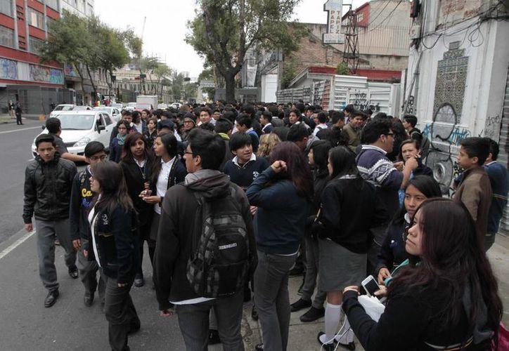 En diversos puntos de la Ciudad de México se activaron los protocolos de seguridad, tras la activación de la alerta sísmica, que sonó poco después de las 12:25 horas en el Valle de México, debido a que se registró un movimiento telúrico a 29 kilómetros al norte de Zihuatanejo, en el estado de Guerrero. (Notimex)