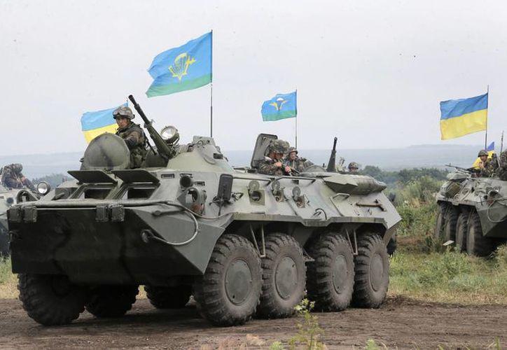 Soldados ucranianos cambian posiciones en Slaviansk, Ucrania, el sábado 31 de mayo de 2014. (Agencias)