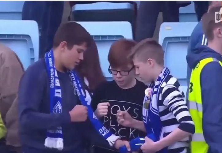 """Los jóvenes jugaron """"Piedra, papel o tijera"""" para ver quién se quedaba con la camiseta del futbolista Toni Šunjić. (Foto: Captura de video)"""