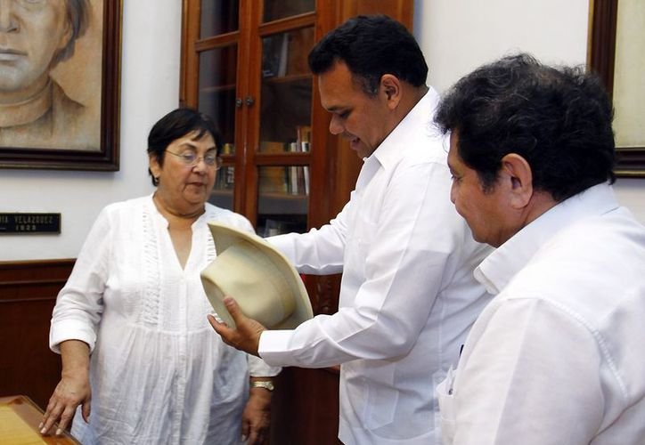 Zapata Bello prometió que el sombrero de Carrillo Puerto será uno de los primeros objetos en ser exhibido en el museo de la identidad yucateca. (Cortesía)
