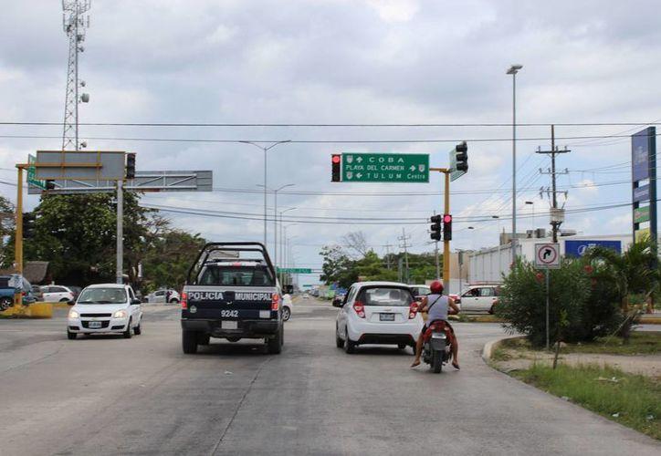 El director de tránsito, Macedonio Varguez Góngora, dio los detalles de la ampliación de la avenida Cobá sur, de Tulum. (Sara Cauich/SIPSE)