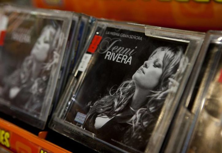 """Su último disco, un CD/DVD que salió a la venta el 3 de diciembre, incluye canciones norteñas y acústicas que cantó en su último concierto, como """"Que me entierren viva con la banda"""", """"Dos botellas de mezcal"""" y """"Amarga Navidad"""". El DVD muestra escenas de su último ensayo y otras con sus admiradores. (Milenio Novedades)"""