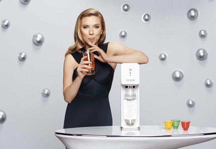 Scarlett Johansson en una imagen publicitaria de la empresa israelí Sodastream.(Cordon Press)