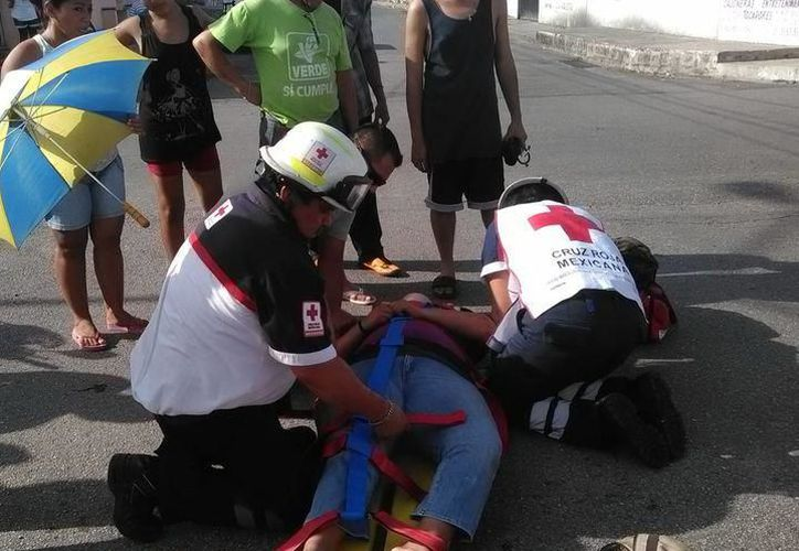 Elementos de la PMM cerraron el paso de vehículos en ese tramo de la calle 67, para que paramédicos y peritos realizaran su labor. (Milenio Novedades)